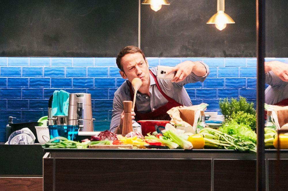 Rocco (Wotan Wilke Möhring) empfängt seine Gäste und will sie mit köstlichem Essen verwöhnen. Ob das klappt?