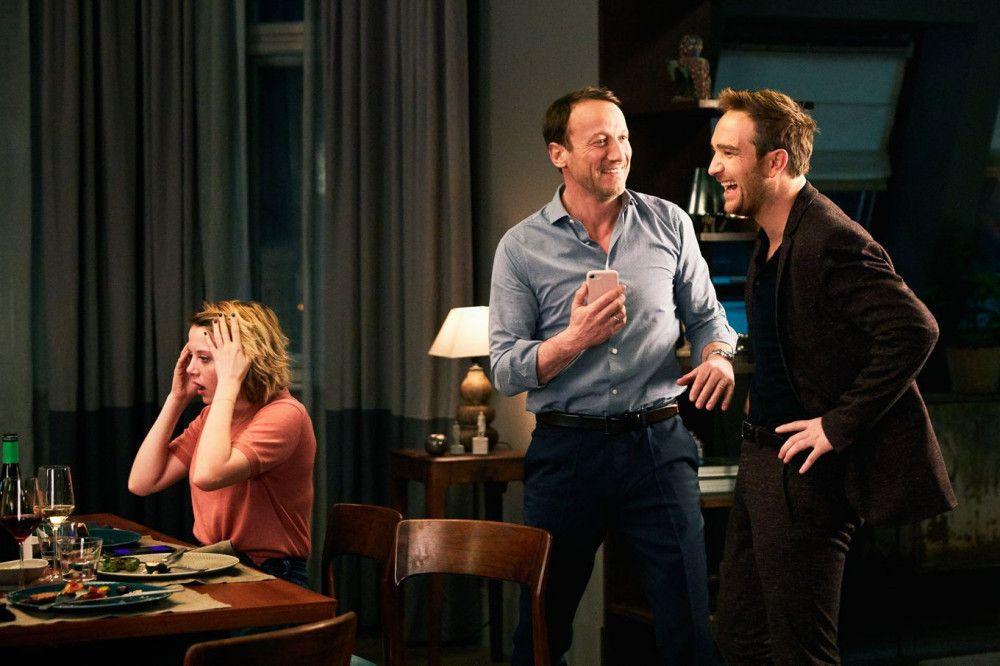 Bianca (Jella Haase) ist schockiert ob der neuesten Enthüllungen. Rocco (Wotan Wilke Möhring, Mitte) und Simon (Frederick Lau) machen sich dagegen einen Spaß daraus.