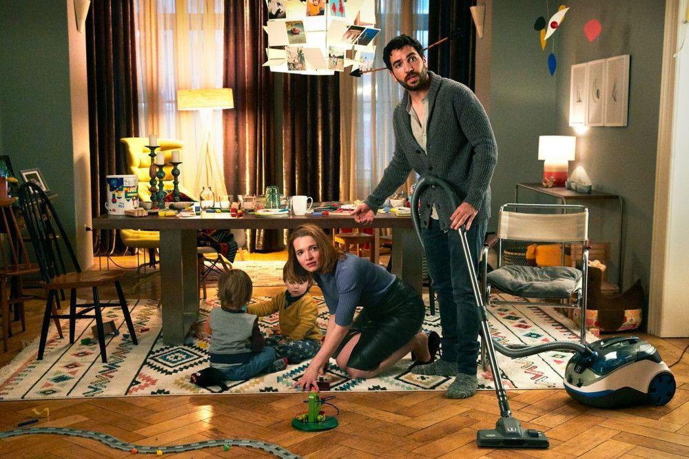 Der Hausmann und die Businesslady: Leo (Elyas M'Barek) und Carlotta (Karoline Herfurth) beseitigen vor dem Essen mit ihren Freunden noch das Chaos in ihrer Wohnung.