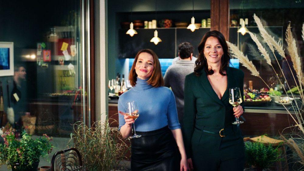 Carlotta (Karoline Herfurth, links) und Eva (Jessica Schwarz) stoßen auf einen gelungenen Abend an.