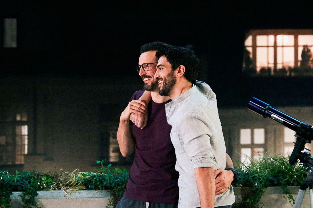 Leo (Elyas M'Barek) und Pepe (Florian David Fitz) freuen sich über das Wiedersehen.