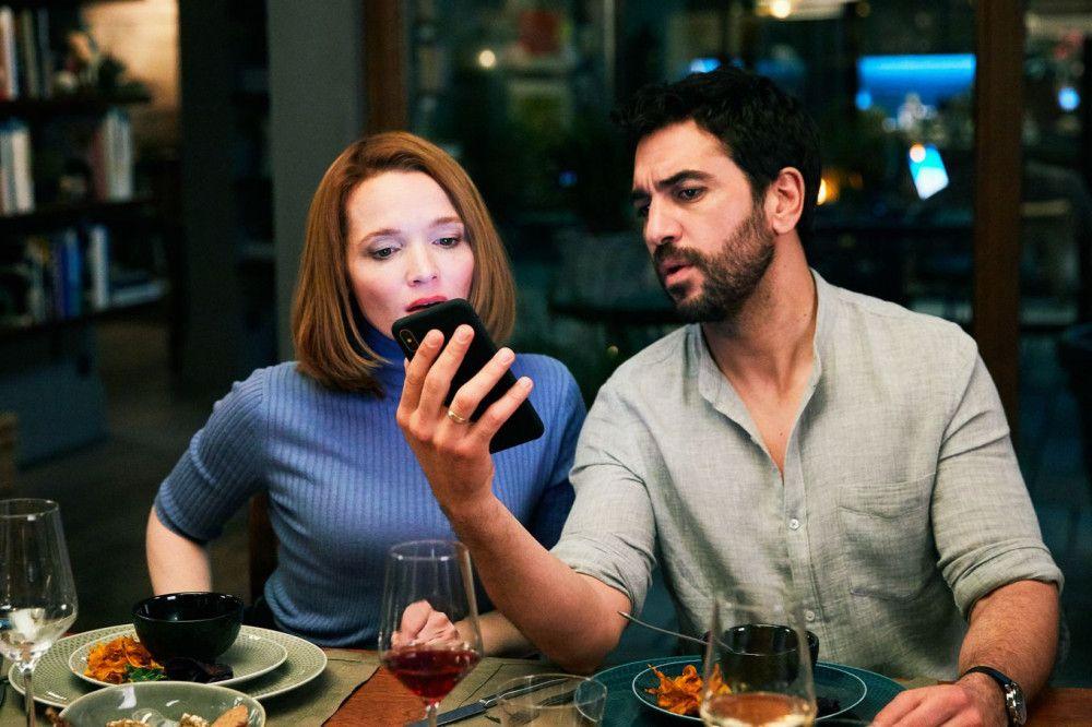 Mit Spannung verfolgen Leo (Elyas M'Barek) und Carlotta (Karoline Herfurth) die ersten eingehenden Nachrichten.