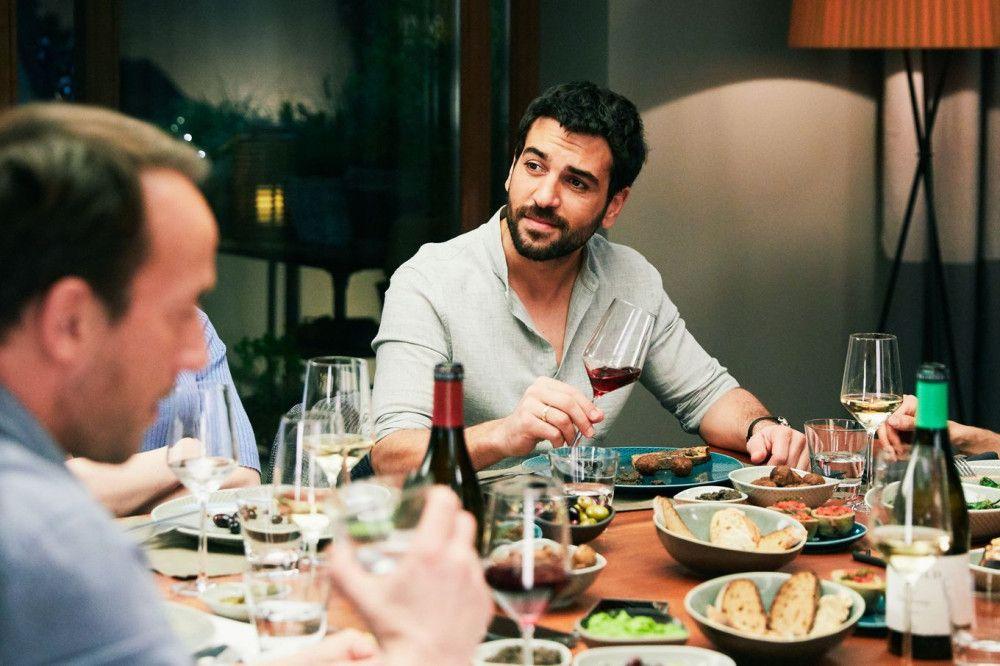 Als Hausmann hütet Leo (Elyas M'Barek) die Kinder und ist damit insgeheim nicht wirklich zufrieden.