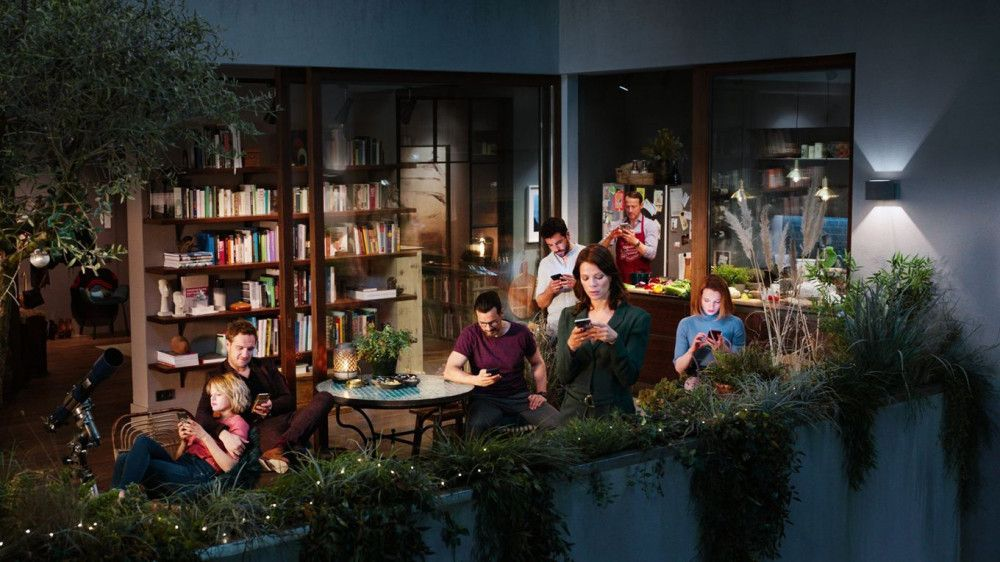 Dachterasse, Bibliothek und offene Küche: Der Handlungsort der Komödie wirkt wie das Musterappartement eines Möbelhauses.