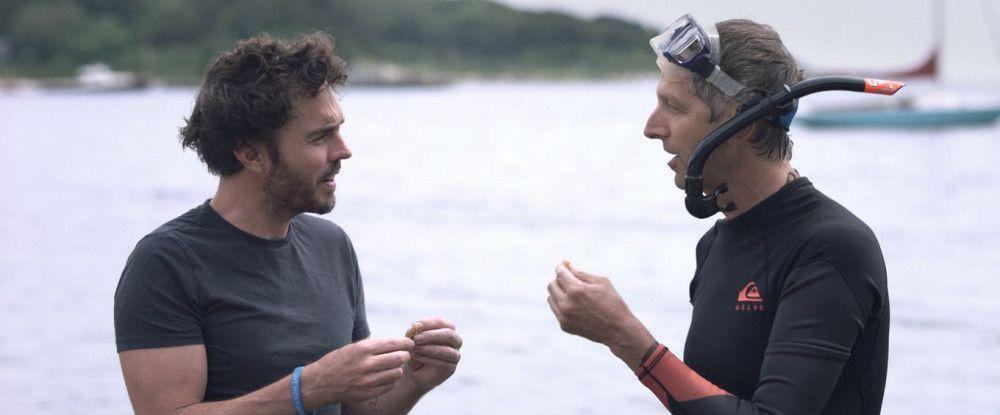 Ein Biologe erklärt Filmemacher Damon Gameau (links), wie Algen helfen können, die Weltbevölkerung zu ernähren.