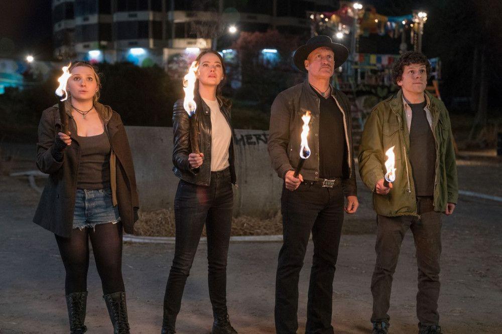 Little Rock (Abigail Breslin), Wichita (Emma Stone), Tallahassee (Woody Harrelson) und Columbus (Jesse Eisenberg, von links) durchstreifen ein postapokalyptisches Amerika.