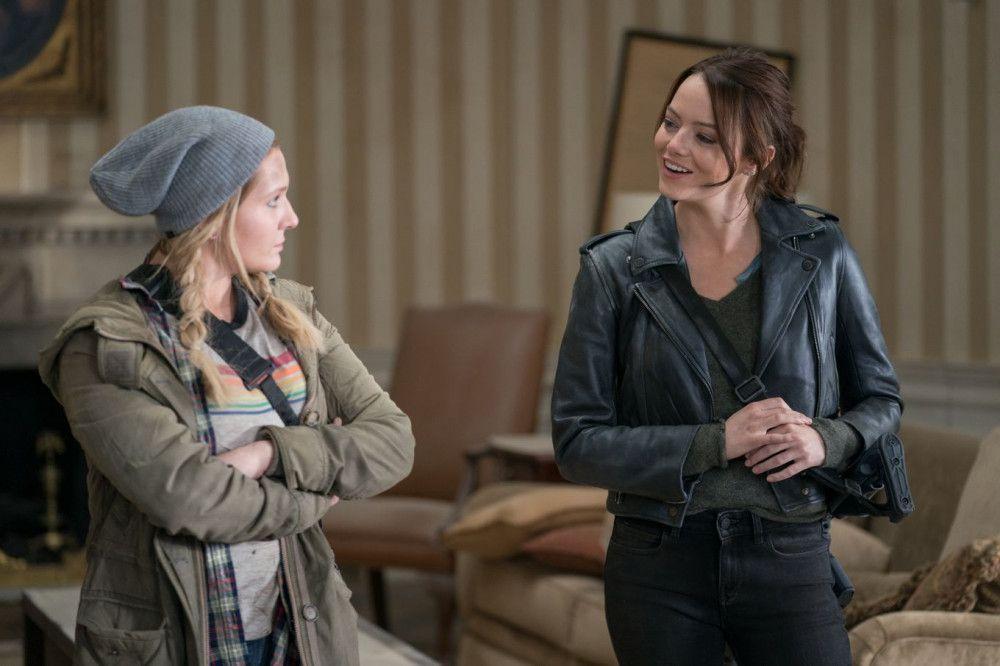 Little Rock (Abigail Breslin, links) und ihre große Schwester Wichita (Emma Stone) nehmen gleich am Anfang Reißaus.
