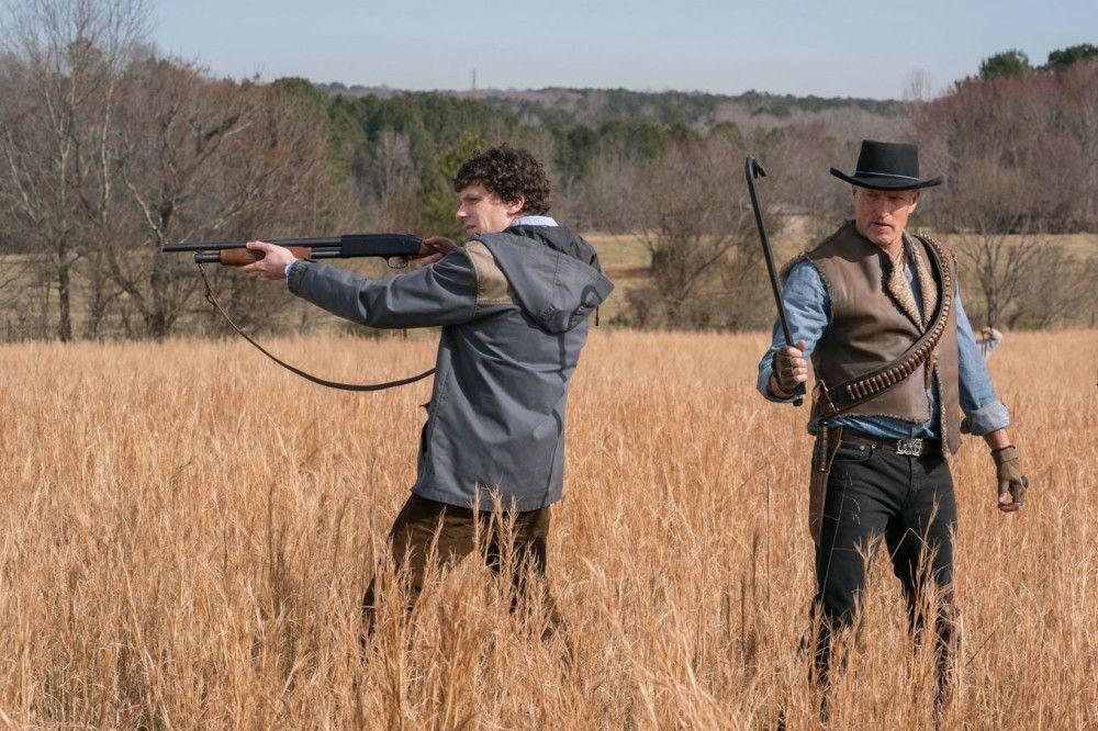 Columbus (Jesse Eisenberg, links) und Tallahassee (Woody Harrelson) ziehen unerschrocken ins Gefecht.
