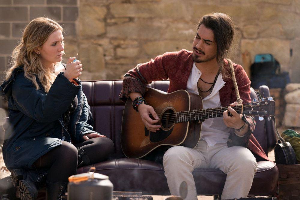 Als sie den pazifistischen Hippie Berkeley (Avan Jogia) kennenlernt, brennt Little Rock (Abigail Breslin) gemeinsam mit ihm durch.
