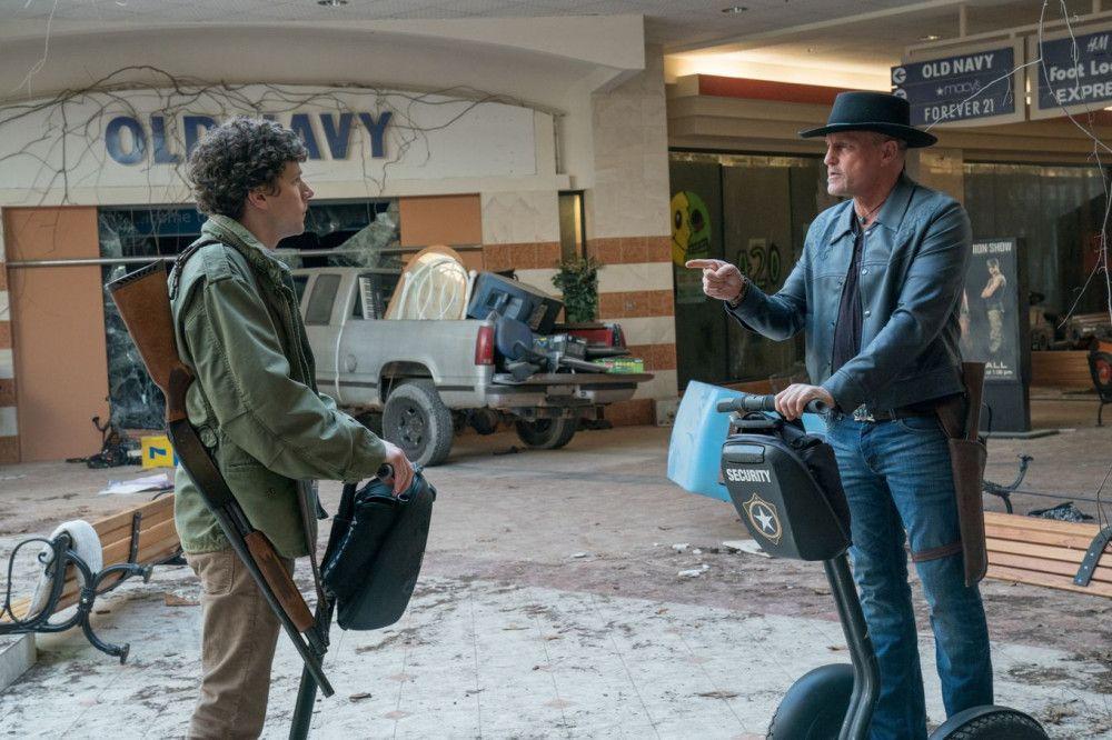 Columbus (Jesse Eisenberg, links) und Tallahassee (Woody Harrelson) durchstreifen eine verlassene Shopping-Mall.