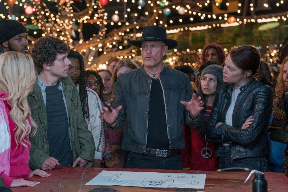 Tallahassee (Woody Harrelson, Mitte) schart Zuhörer um sich, als er einen großen Verteidigungsplan schmiedet.