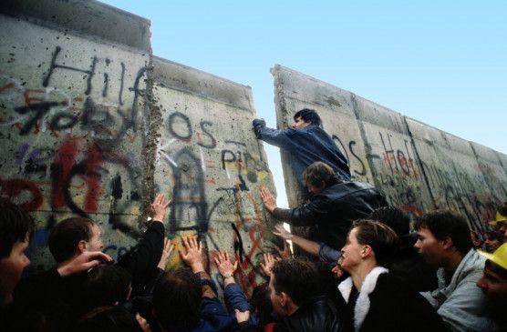 Unglaublicher Jubel: Die Menschen feiern den Fall der Mauer und das Ende der deutschen Teilung