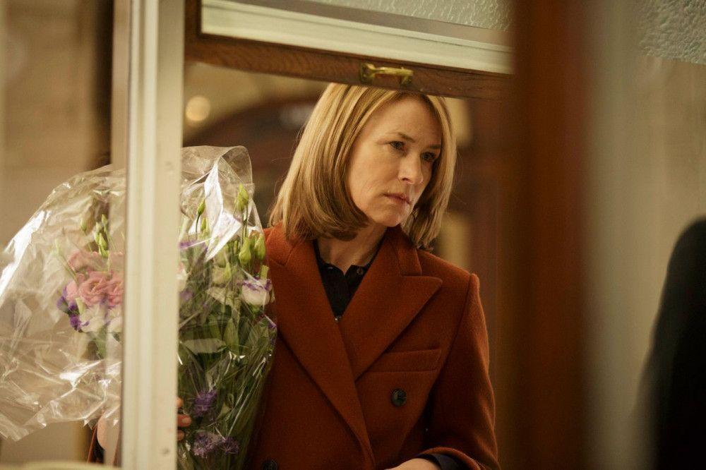 Ausgerechnet an ihrem Geburtstag gibt Laras (Corinna Harfouch) Sohn ein Konzert, zu dem er sie nicht eingeladen hat. Sie kauft sich dennoch Karten.