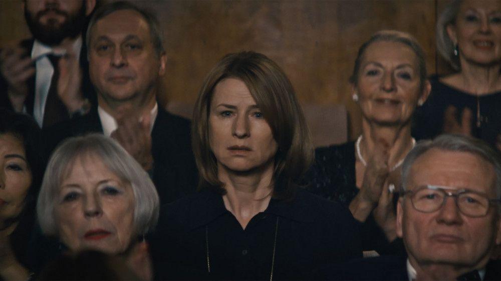 Lara (Corinna Harfouch) besucht das Konzert ihres Sohnes, der als Musiker gefeiert wird.