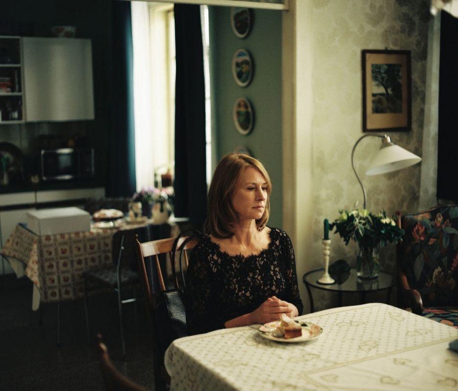 Ihren 60. Geburtstag feiert Lara (Corinna Harfouch) ohne Freunde.