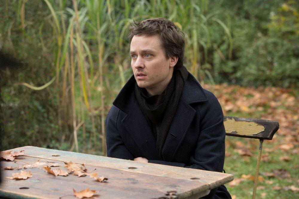 Viktor (Tom Schilling) ist ein gefeierter Pianist. Zu seinem Instrument hat er ein besseres Verhältnis als zu seiner Mutter.