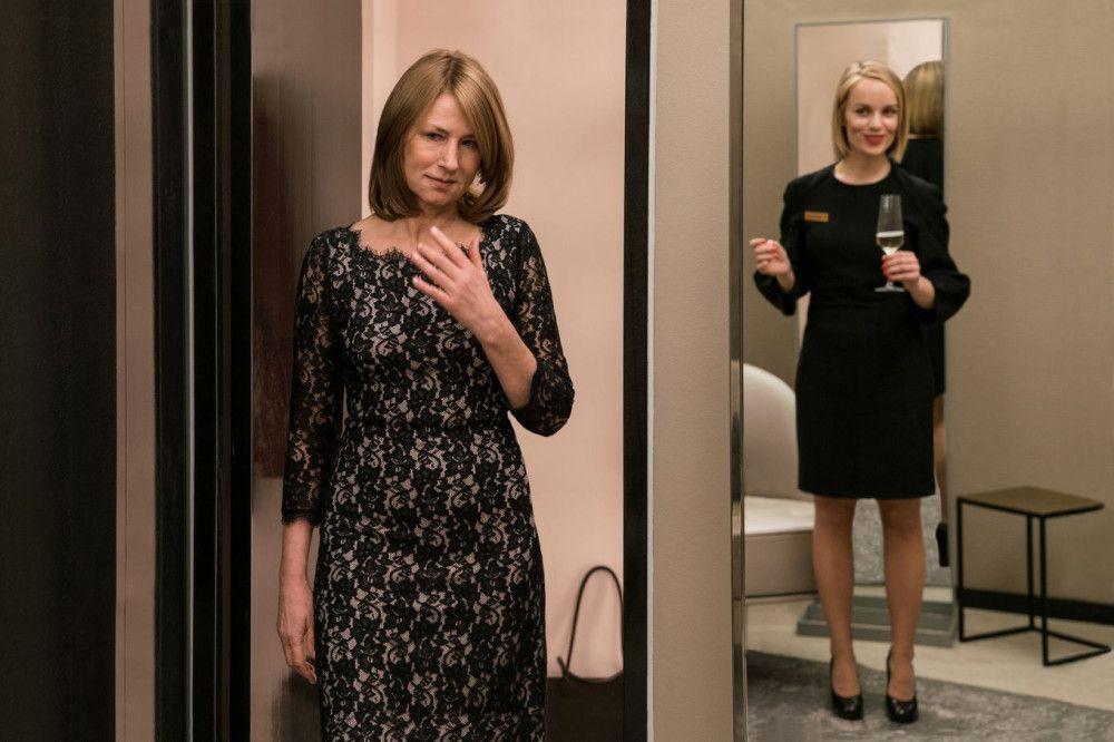 Für Viktors Konzert kauft sich Lara (Corinna Harfouch, links) ein neues Kleid.