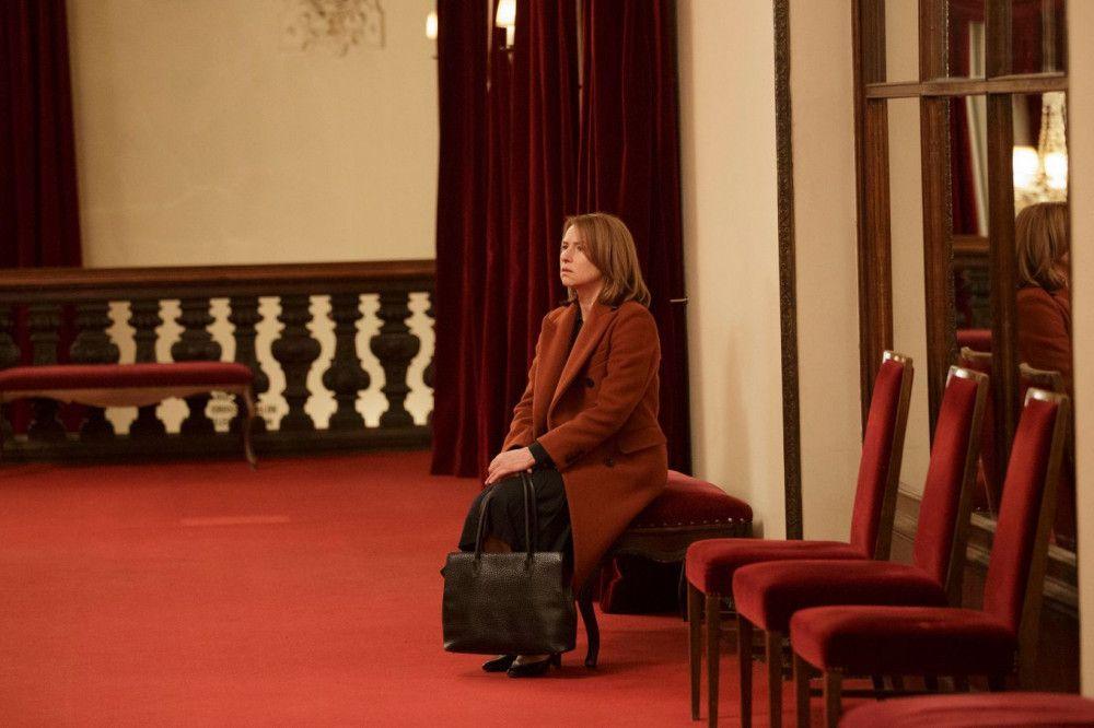 Lara (Corinna Harfouch) findet sich toll. Dennoch wartet sie darauf, dass endlich etwas passiert in ihrem Leben.