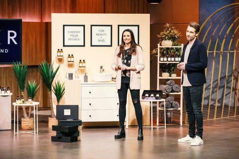 """<b>Folge 10:</b> Das Ehepaar Jenny und Philipp Rathgeber begeistert sich für das Ölziehen, das als neuer Detox-Trend gilt. Sonderlich schmackhaft ist das Prozedere jedoch nicht, deshalb haben die Gründer mit """"Elixr"""" eigene Öle mit ätherischen Zusätzen kreiert."""