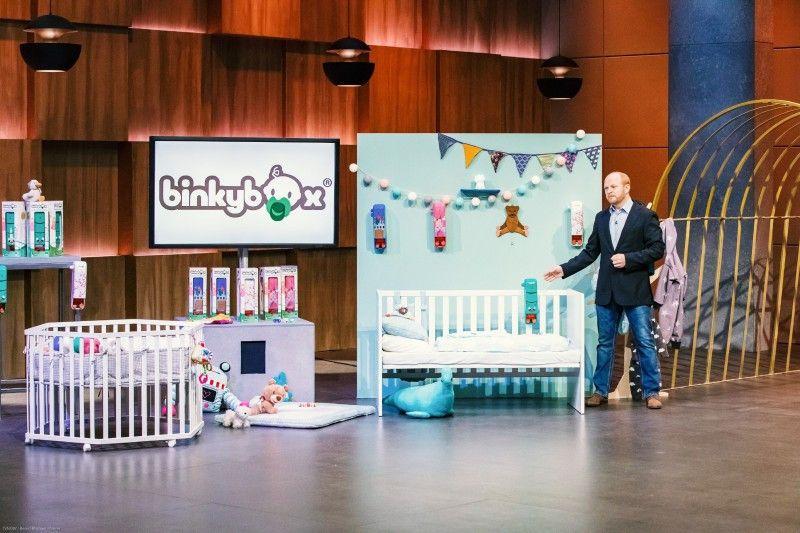 """<b>Folge 10:</b> Sebastian Stahl präsentiert den """"Löwen"""" seinen Schnullerspender """"binky box"""". Kinder ab acht Monaten können sich mit dessen Hilfe in der Nacht selbst mit Schnullern versorgen."""