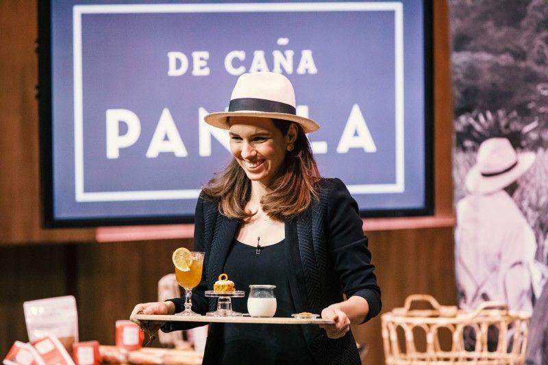 """<b>Folge 10:</b> Anna Elisabeth Segovia stellt den Löwen Panela vor, einen Zucker aus dem Hochland der kolumbianischen Anden. Sie hat ein Projekt mit Zuckerrohrbauern, die Panela herstellen, gegründet. """"De Cana - Panela"""" wird laut Gründerin aus 100 % biologisch angebautem Zuckerrohr gewonnen."""