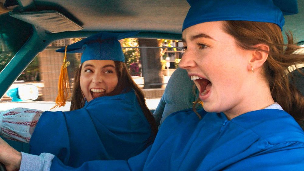 Molly (Beanie Feldstein, links) und Amy (Kaitlyn Dever) haben ihren Abschluss in der Tasche. Jetzt wollen sie nur eins: Spaß haben.