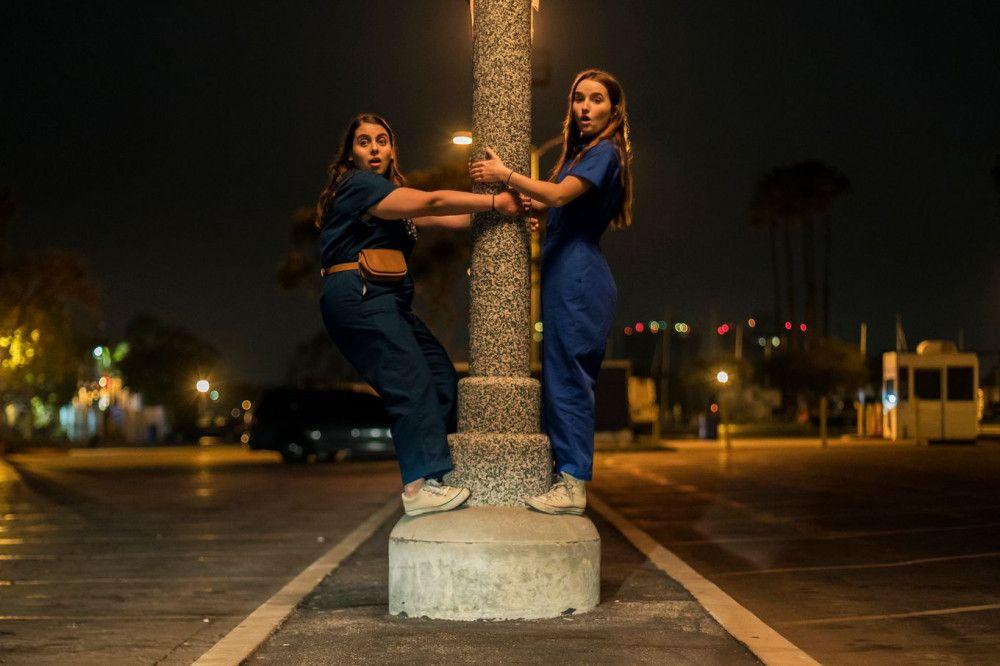 Odyssee durch die Nacht: Molly (Beanie Feldstein, links) und Amy (Kaitlyn Dever) finden sich plötzlich allein mitten auf der Straße wieder.