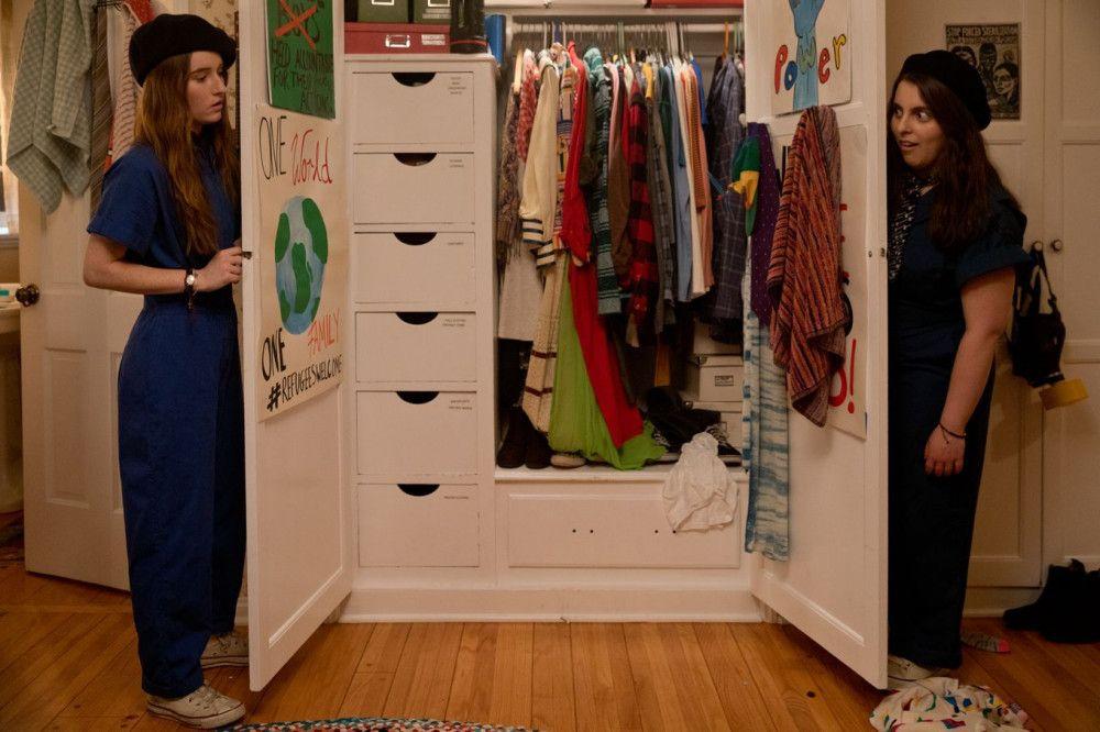 """""""Wer hat dir erlaubt, so hübsch zu sein?"""" Amy (Kaitlyn Dever, links) und Molly (Beanie Feldstein) testen Partyoutfits."""