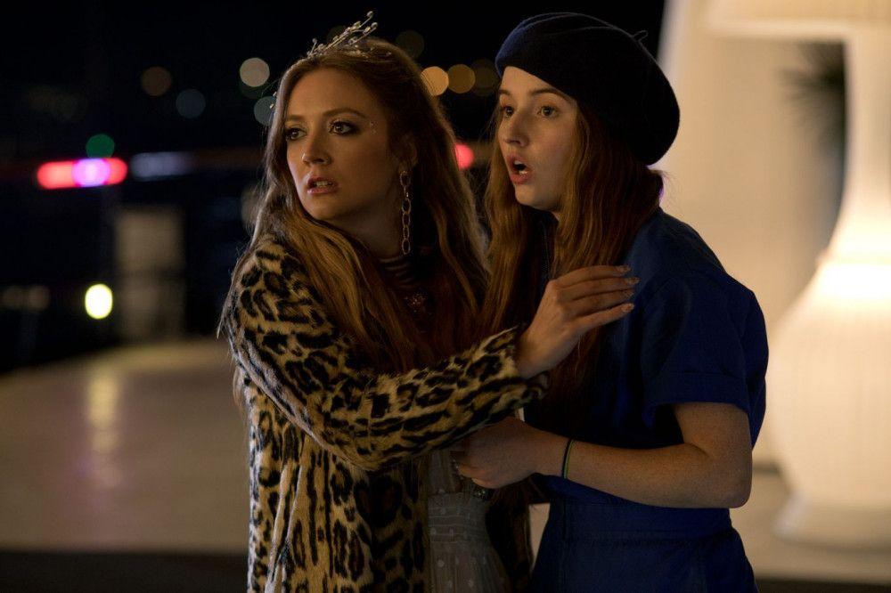 Gigi (Billie Lourd, links) und Amy (Kaitlyn Dever) machen gemeinsam Party - allerdings nicht ganz freiwillig.
