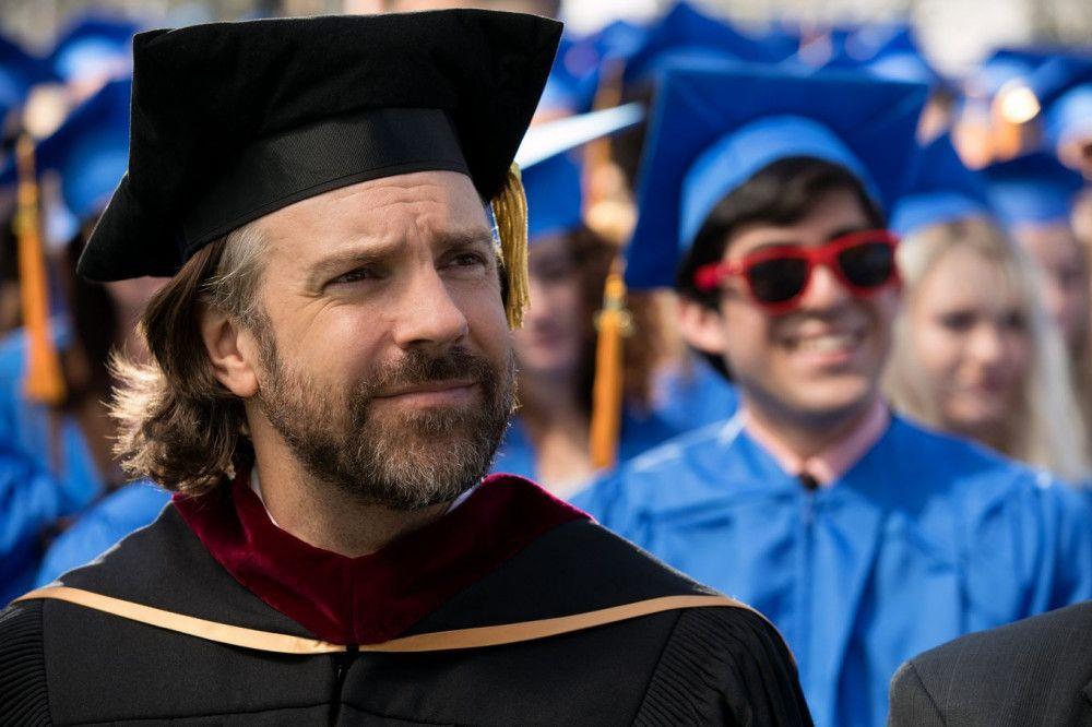 Rektor Brown (Jason Sudeikis) ist stolz auf seine Schüler, die ihren Abschluss geschafft haben und jetzt aufs College wechseln.