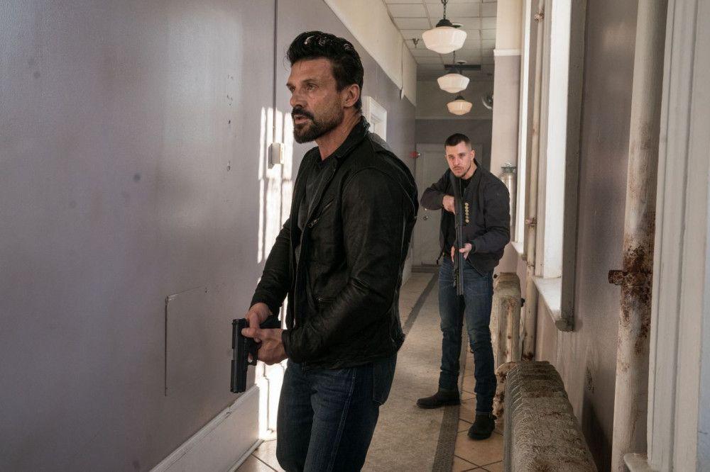 Die korrupten Polizisten Terry Malone (Frank Grillo, links) und Smitty (Beau Knapp) machen Jagd auf ihre Kollegin Alicia.