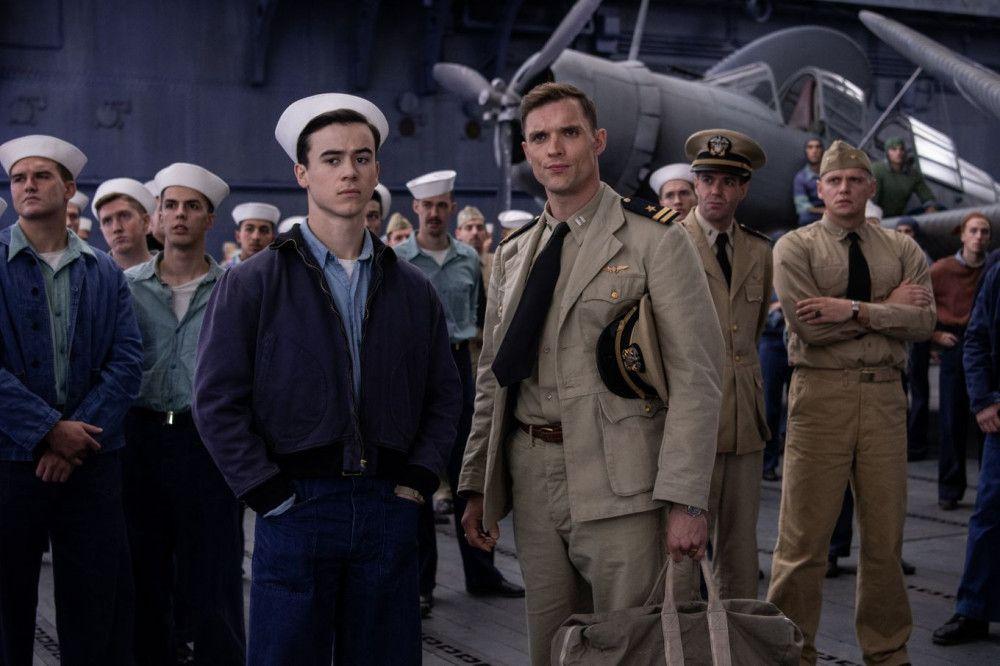 Die beiden Piloten James Murray (Keean Johnson, vorne links) und Dick Best (Ed Skrein) stehen vor einer schwierigen Mission.