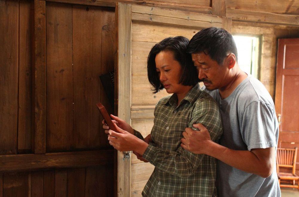 Das Ehepaar Wang Liyun (Yong Mei) und Liu Yaojun (Wang Jingchun) durchlebt die Höhen und Tiefen der chinesischen Geschichte am eigenen Leib.