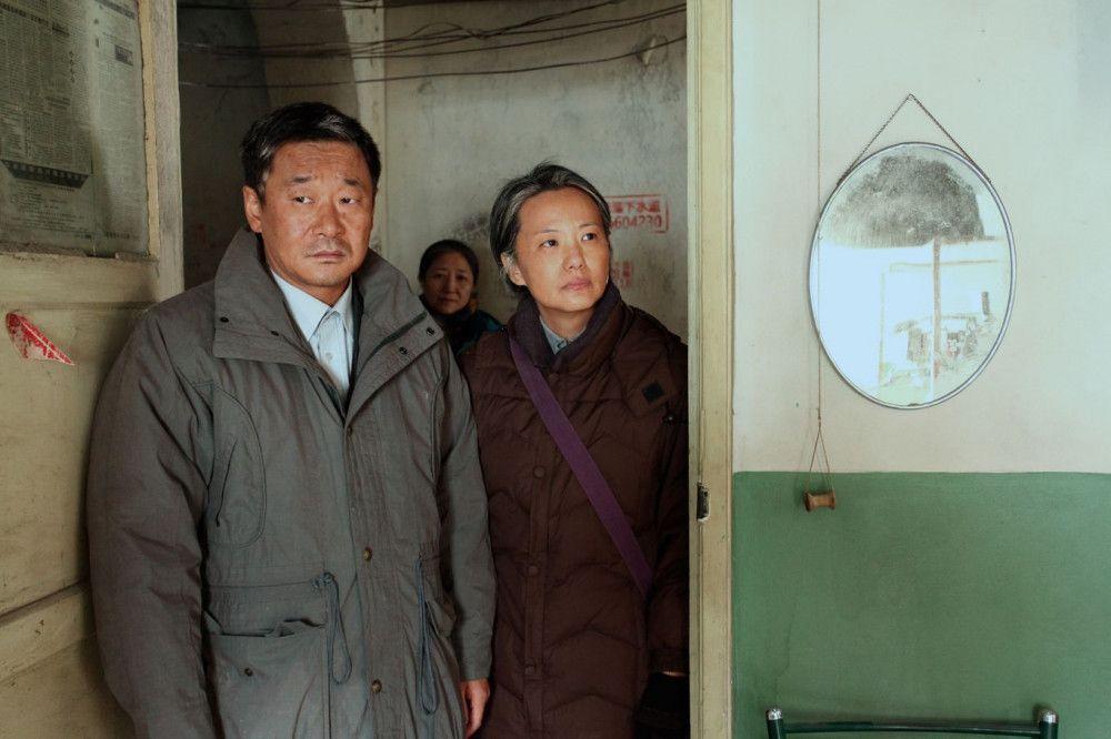 Nach vielen Jahren besuchen Liu Yaojun (Wang Jingchun) und Wang Liyun (Yong Mei) noch einmal das Arbeiterwohnheim, in dem sie zusammen mit ihrem Sohn lebten.