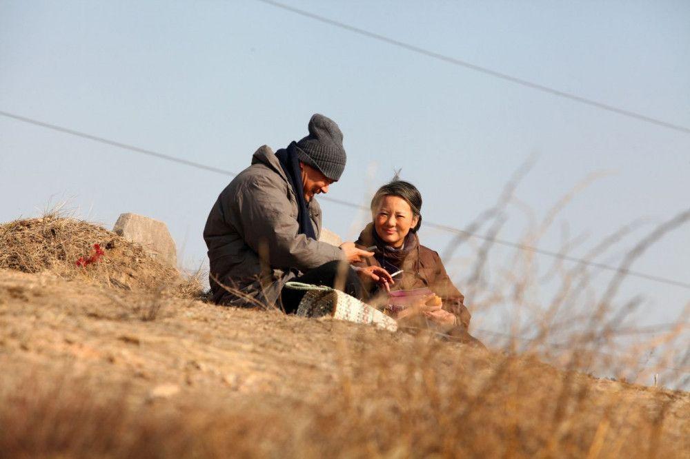 Liu Yaojun (Wang Jingchun) und Wang Liyun (Yong Mei) besuchen das Grab ihres verstorbenen Sohnes.