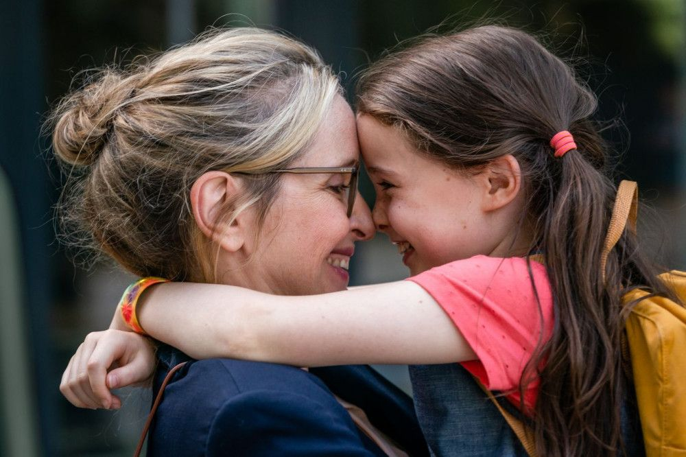 Isabelle (Julie Delpy, links) ist völlig vernarrt in ihre Tochter Zoe (Sophia Ally).