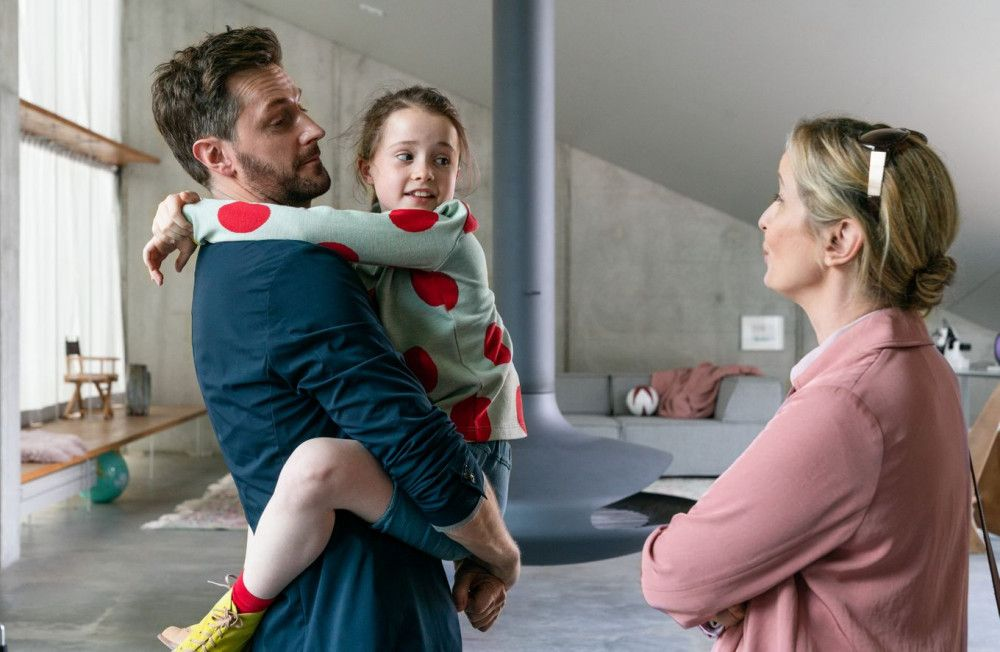 James (Richard Armitage) und Isabelle (Julie Delpy, rechts) können nicht mehr vernünftig miteinander kommunizieren. Dennoch müssen sie sich gemeinsam um ihre Tochter Zoe (Sophia Ally) kümmern.