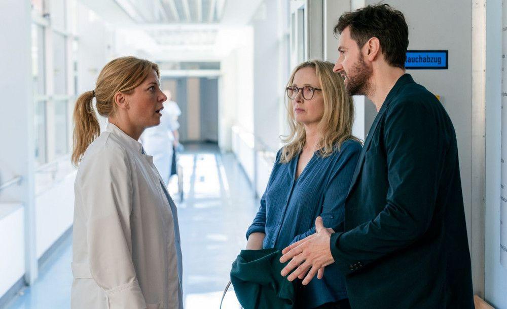 Dr. Haas (Jördis Triebel, links) hat schlechte Neuigkeiten für Isabelle (Julie Delpy) und James (Richard Armitage).