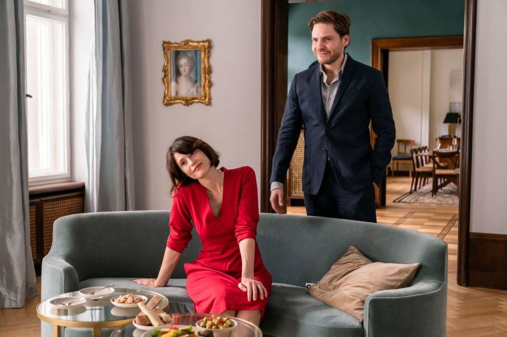 Isabelle besucht den Genetikspezialisten Dr. Fischer (Daniel Brühl) und seine Frau Laura (Gemma Arteron) zu Hause.