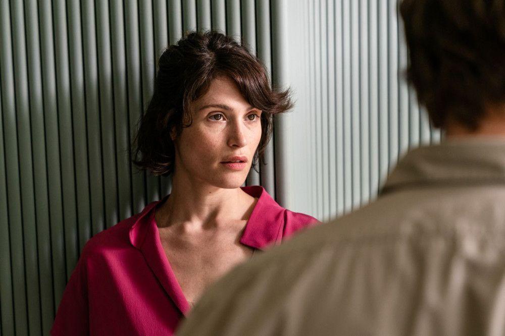 Laura (Gemma Arterton) ist alles andere als begeistert von den Plänen ihres Mannes mit Isabelle.