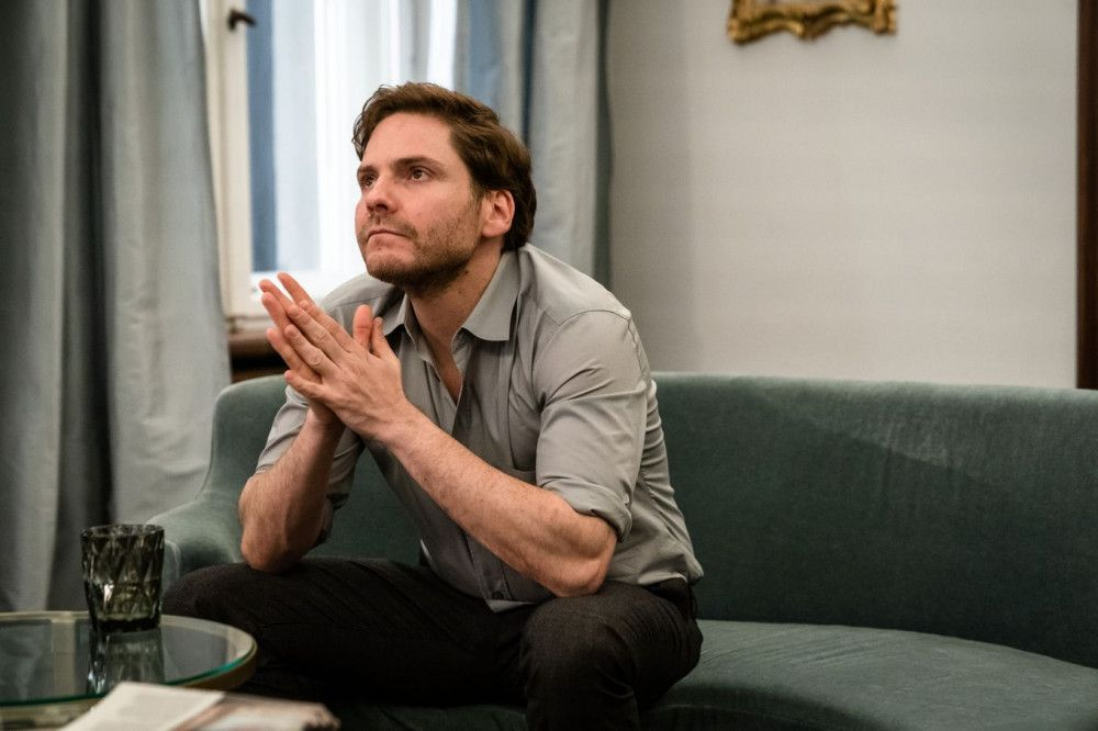 Dr. Fischer (Daniel Brühl) wird von Isabelle vor eine schwierige Entscheidung gestellt.