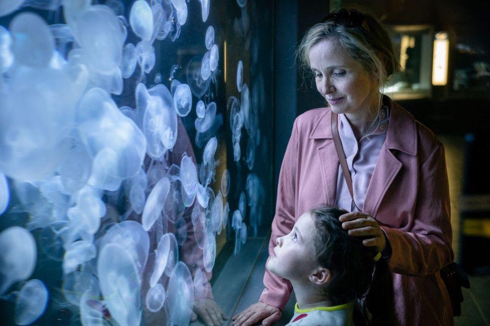 Isabelle (Julie Delpy, hinten) genießt den Zoobesuch mit ihrem einzigen Kind Zoe (Sophie Ally).