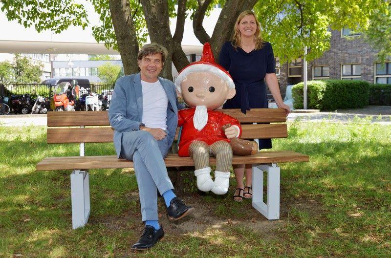 Seit dem 24. Juni 2019 sitzt das Sandmännchen (hier mit rbb-Programmdirektor Dr. Jan Schulte-Kellinghaus und Anja Hagemeier, Leiterin der Abteilung Familie & Kinder), vor dem Fernsehzentrum des Rundfunk Berlin-Brandenburg.