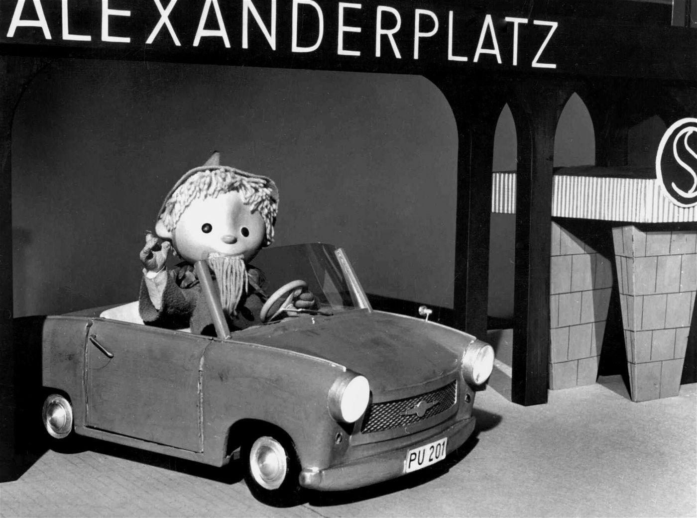 Früher sah das noch anders aus: das Sandmännchen im Trabi an der S-Bahn-Unterführung Berlin-Alexanderplatz.