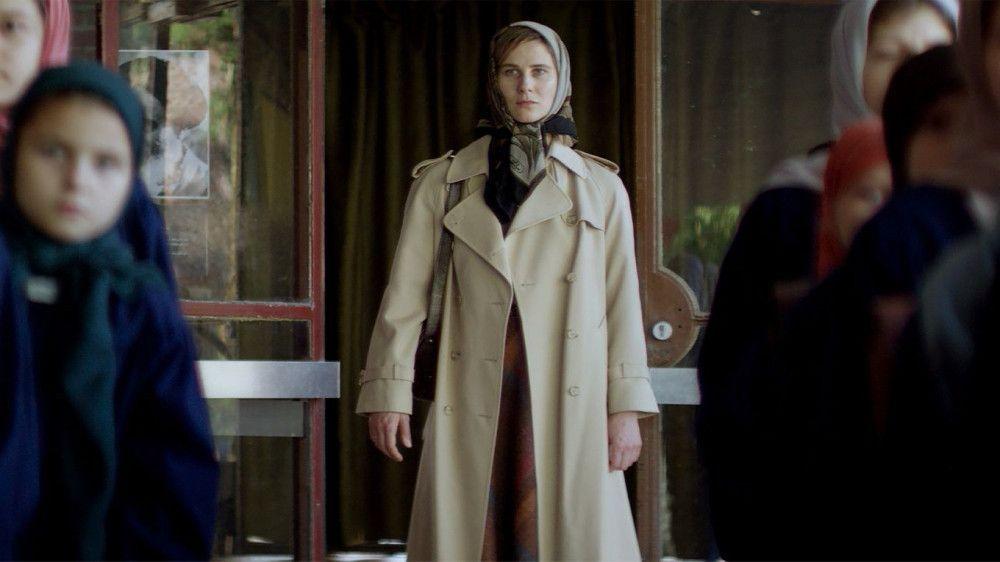 Schon kurz nach der Revolution darf Beate (Katrin Röver) nur noch mit Kopftuch in die Öffentlichkeit.