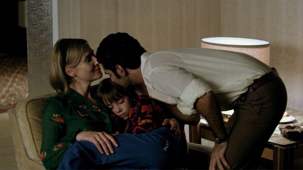 Beate (Katrin Röver, links) und ihr Mann Omid (Reza Brojerdi) träumen von einem neuen Leben für sich und ihre Tochter Sarah (Luzie Nadjafi).