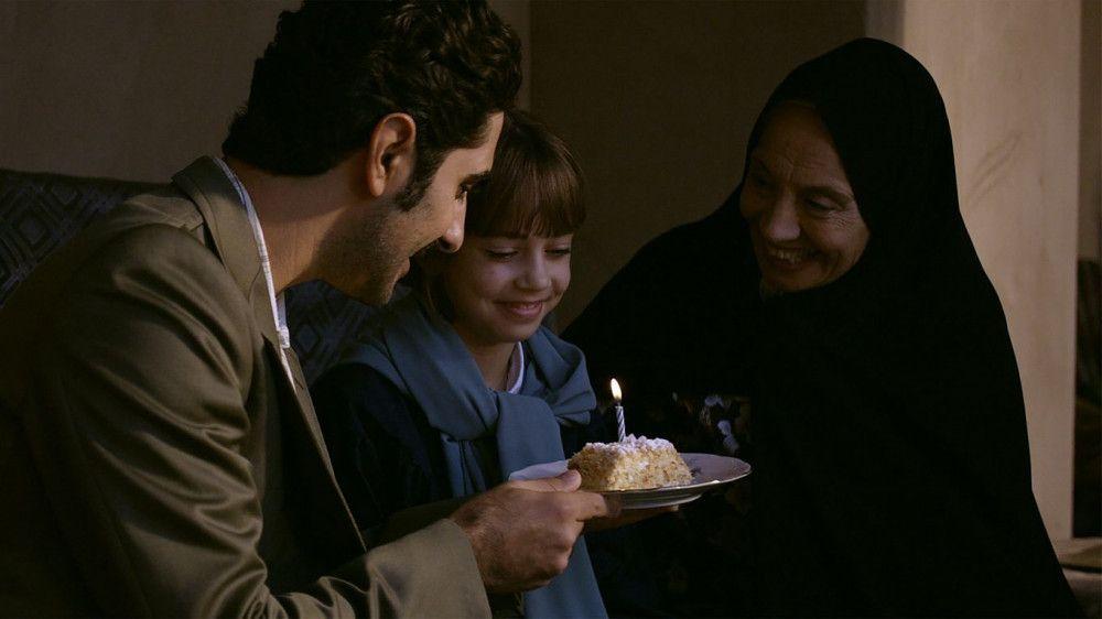 Omid (Reza Brojerdi) und seine Mutter wollen Sarah (Luzie Nadjafi) ein schönes Leben in Teheran ermöglichen.