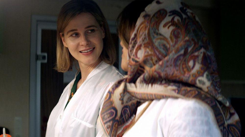 In Teheran findet Beate (Katrin Röver, links) schnell eine Stelle als Chemikerin.