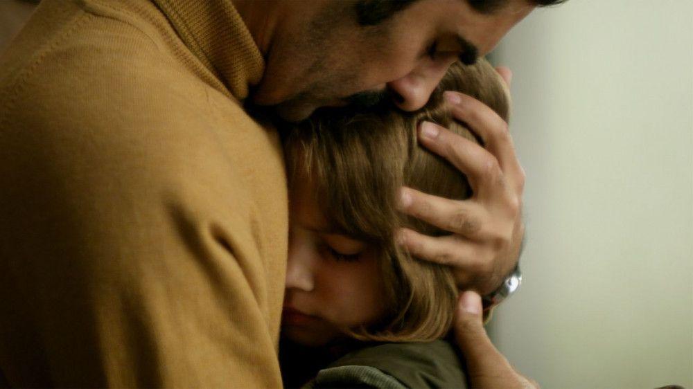 Omid (Reza Brojerdi) kümmert sich liebevoll um seine Tochter Sarah (Luzie Nadjafi).