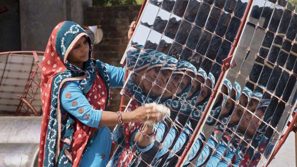"""Die indischen """"Solar Mamas"""" produzieren in Rajasthan Solarkocher."""